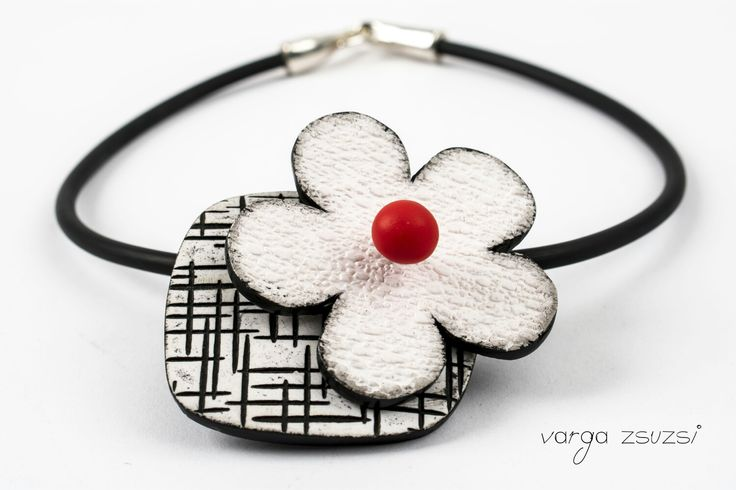 Polymer clay white flower pendant  Fehér viràg süthető gyurma medál Cernit, texture, kaucsuk, suthetogyurma