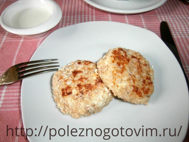 Диетические сырники с кокосовой стружкой и овсянкой Сырники готовятся на овсянке с добавлением кокосовой стружки, получаются вкусными и диетическими. Этот рецепт полезного завтрака понравится не только худеющим.