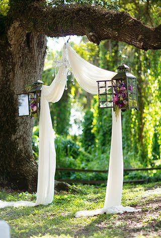Schöne Idee für die Draußen-Hochzeit: Unter so einem Bogen die Zeremonie feiern.