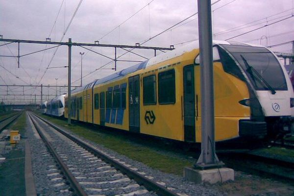 """Trein van Arriva kleurt NS Graffity-spuiters hebben gisternacht een spiksplinternieuwe blauwe designtrein van Arriva voor de helft overgespoten in het geel en blauw van een NS-intercity. Directeur Anne Hettinga van Arriva spreekt van een """"misdadige sabotage-actie"""". """"Onze mensen hebben de afgelopen twee jaar zich keihard ingespannen om op 9 december het traject Zwolle-Emmen vlekkeloos te gaan rijden. Dit is een klap in hun gezicht. Kennelijk zijn er mensen die ons dit niet gunnen."""" […]"""
