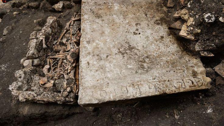 Paris - Une pierre tombale a été retrouvée. Elle porte l'inscription «Petrus Graper», et témoigne qu'un Pierre a vécu et est mort sur cette terre il y a de cela six ou sept siècles.