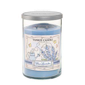 Blue Lavender  En förtrollande bukett av färska lavendelkvistar.  Ingår i serien Dream Garden som finns i begränsad upplaga 2014. Tre blommiga dofter finns i tre storlekar och utförande. Läs mer på www.yankeecandle.se