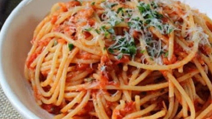This recipe for spaghetti with tuna is quick, easy, and has all the rich flavor of a classic meat sauce. It's ready in less than an hour!