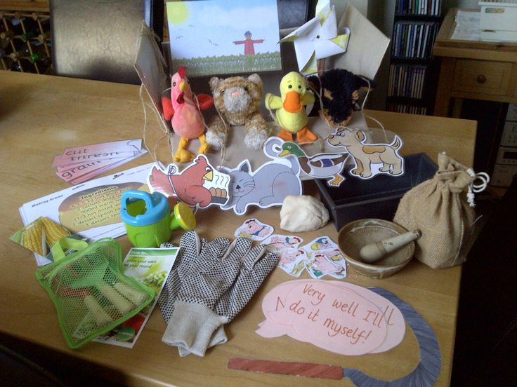 The Little Red Hen story box: Props to retell the story, recipe to make bread, story necklaces for role play, pictures to order the story and key words.