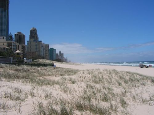 De kustlijn van Surfers Paradise staat vol met hoge hotels. Camperreis Down Under/Australië. 2005.
