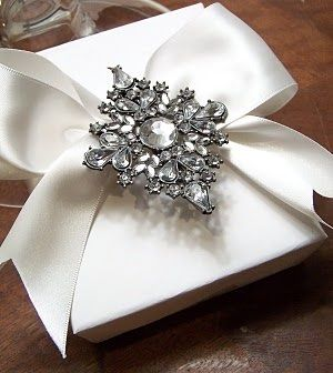 Christmas gift wrapping ideas DIY crafts ToniK ⓦⓡⓐⓟ ⓘⓣ ⓤⓟ Vintage brooch