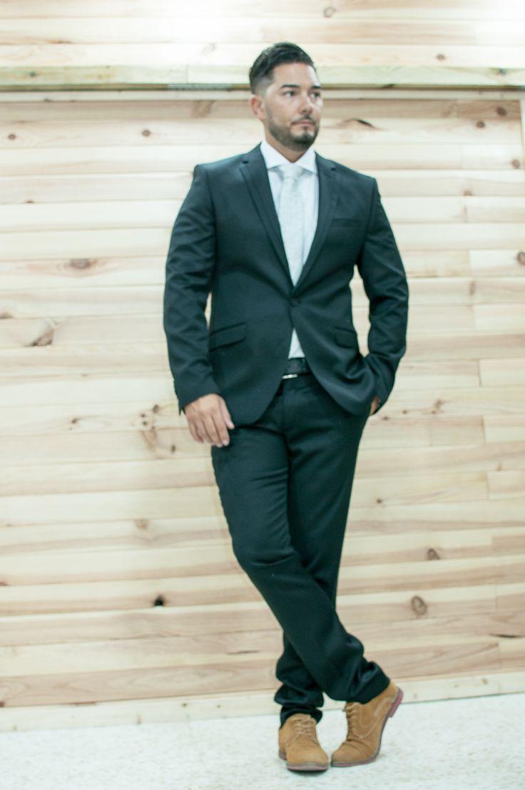 Oferta Traje de hombre  negro chaqueta dos botones y pantalòn pitillo