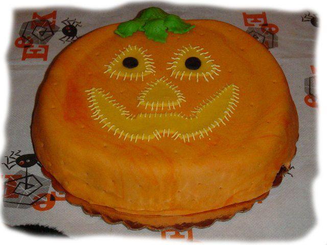 Tarta de #calabaza #receta para #halloween  Pre-calentar el horno. Mezclar ¾ azúcar, ½ cucharadita de sal, 1 de canela, ½ jenjibre y ¼ de clavo.  Batir 2 huevos. Agregar 425gr. puré de calabaza y la mezcla de azúcar Añadir 340gr. de leche evaporada. Remover y mezclar bien. Vertir la mezcla sobre 1 corteza de pastel.  Hornear 15 min, reducir temperatura a 180º y hornear durante 40 min más.   Dejar enfriar ¡Y DECORAR AL GUSTO! vía: diariorockera