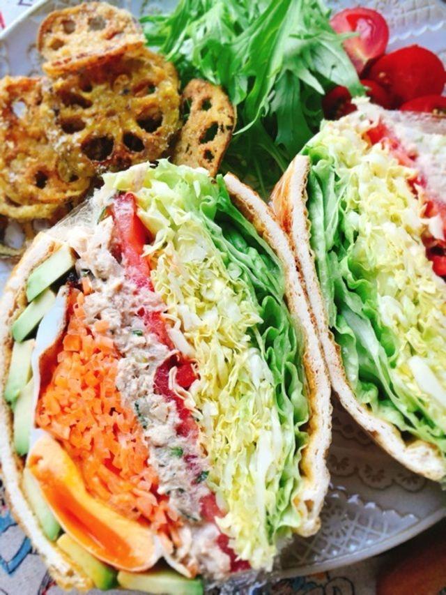 """パンの代わりに""""油揚げ""""で!低糖質なサンドイッチとして今人気の「♯キツネサンド」の作り方をご紹介します。グルテンフリーな朝ご飯におすすめですよ♡"""
