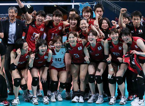 【日本・韓国】銅メダルを獲得して喜ぶ選手たち=ロンドンのアールズコートで2012年8月11日、佐々木順一撮影