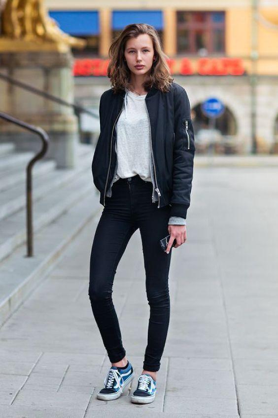 Bomber jacket, t-shirt branca, calça skinny preta, tênis