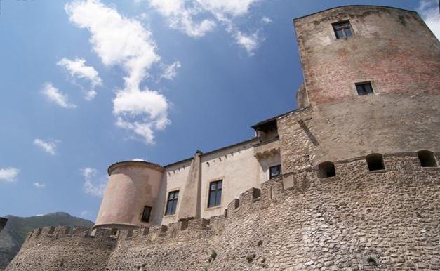 Il castello Pandone di Venafro - Isernia. 41°29′00″N 14°03′00″E