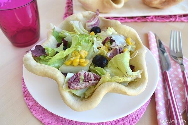 Cestini di pane pizza con insalata, scopri la ricetta: http://www.misya.info/2014/08/30/cestini-di-pane-pizza-con-insalata.htm