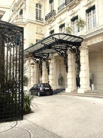 Shangri-La Hotel Paris: Shangri-La's gated driveway