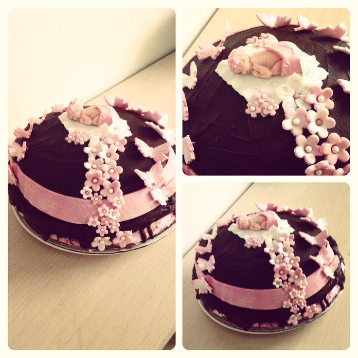 """""""Jente i vente"""" sjokoladekake med lag av Vaniljekrem, jordbærmouse og melkesjokolade krem."""
