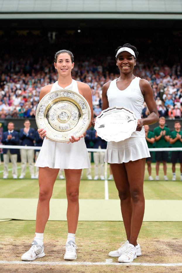 2017 Wimbledon champion Garbiñe Muguruza and runner-up Venus Williams pose with their respective pieces of silverware