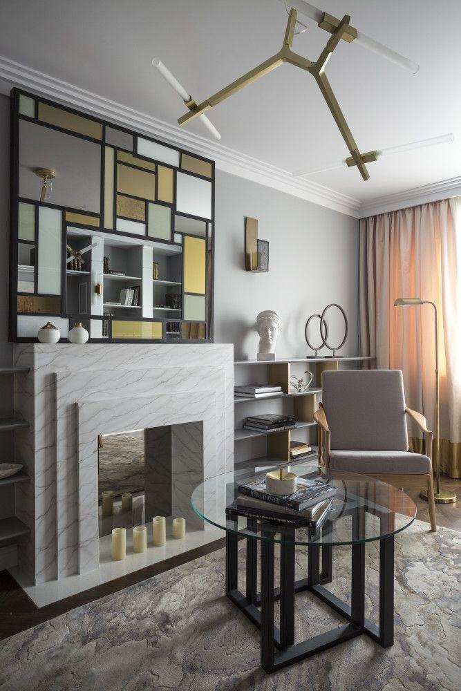 Зеркальный камин. Используйте разные типы и сценарии освещения, особенно в гостиной: эта комната выполняет сразу несколько функций, для каждой из которых нужен свой свет. Правильно подобранные предметы искусства, в данном случае картина, способны собрать весь интерьер воедино и придать ему законченный вид. Гостиная в  цветах:   Бежевый, Белый, Светло-серый, Серый.  Гостиная в  стиле:   Неоклассика.