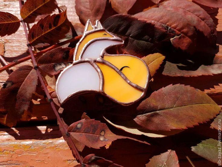 Осень в нашем городе (Кемерово) выдалась тёплой и солнечной, и такое бабье лето не могло просто обойтись без тёплой осенней броши «Рыжая плутовка», выполненной из витражного стекла в технике Тиффани. А как она создавалась, это мы сейчас и узнаем!:) Даёшь много инструмента!!! Необходимо: - шаблон нашей лисы; - перманентный маркер; - стекло витражное; - стеклорез; - щипцы для ломки стекла; -…