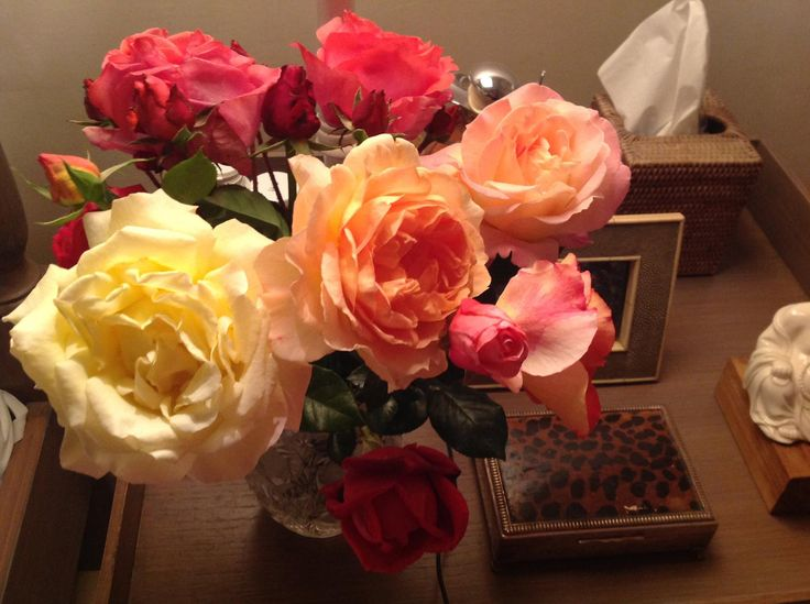 Flowers from the garden to decorate the bathroom, Evi Mitsopoulou's home!