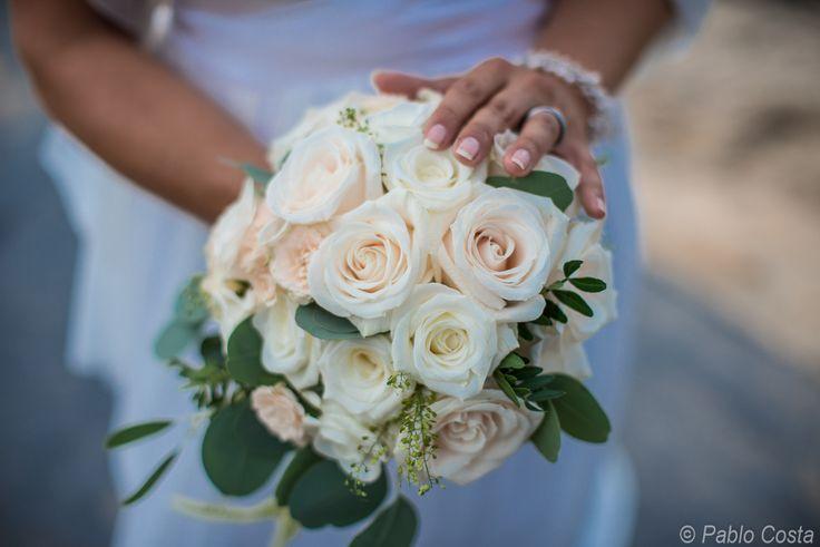 Wunderschöner Brautstrauß, klassisch mit weißen / cremfarbenen Rosen by Mallorca Hochzeiten - Majorca Weddings - Mallorca Bodas www.mallorca-hochzeiten.com