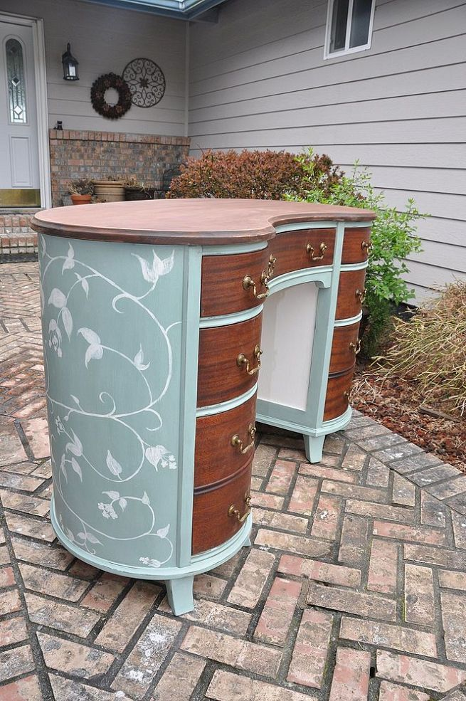Painted Mahogany- Kidney Shaped Desk......i so want to do this , the shape is the best.....p