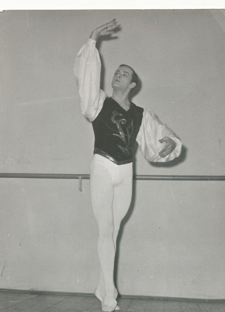 Handsome bulge Guy dancer in ballet pose Gay Interest Old photo snapshot