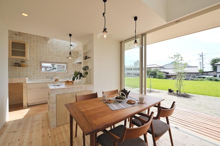 光と風設計社   일본 인테리어 시공업체 홈페이지에서 따온 사진이다. 무인양품 스타일의 인테리어들이 맘에 든다 :) http://www.hikaritokaze.net/press/img/shikishima_24.jpg 이건 반대쪽에서 본 모습인 듯 :D