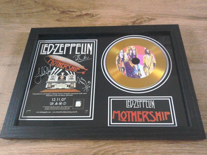 Led Zeppelin omlijst Cd Display.  Led Zeppelin omlijst cd weergeven.nieuwstaat.Ingelijste cd beeldscherm bevat ook ondertekende (gedrukte) foto.Het frame is zwarte satijn van kleur en voorzien van acryl veiligheidsglas.De afmetingen zijn 31 x 22 cm.Item kunt muur gemonteerd worden of vrij staande.Zie foto's voor meer detailsObject wordt door track & trace verzonden worden.  EUR 1.00  Meer informatie