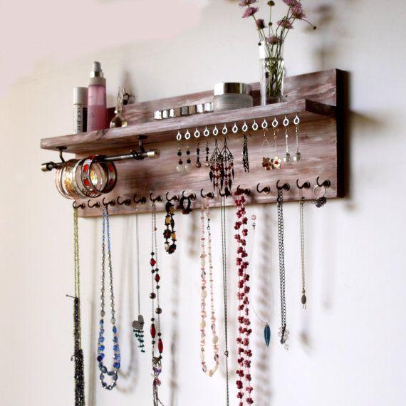 Schmuckorganisator mit Regal. Anzeige für Ohrringe. an der Wand befestigter Halskettenhalter. Je