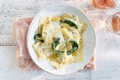 Ravioli zelf maken moeilijk? Valt reuze mee. Deze fluweelzachte variant met champignons, salie en boter is Italië op z'n best - Recept - Allerhande