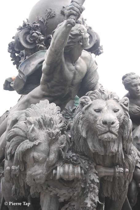 """Place de la Nation. """"Triomphe de la République"""" statue de Aimé-Jules Dalou (détails)"""