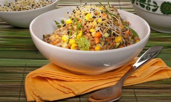 Ensalada de lentejas, zanahoria y maíz dulce. | 25 Recetas de divinas ensaladas que vas a querer hacer durante todo el año