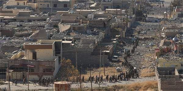 El panorama de la ciudad es desolador, con numerosas casas, tiendas y vehículos destruidos. En los muros de algunas viviendas se leían mensajes yihadistas. Dejaron barriles llenos de explosivos.