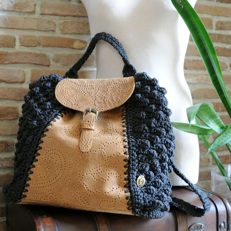 Backpack crochet with leather details