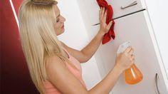 Fettflecken entfernen: Wer die richtigen Tipps kennt, hat beim putzen viel weniger Arbeit. (Quelle: imago/McPhoto)