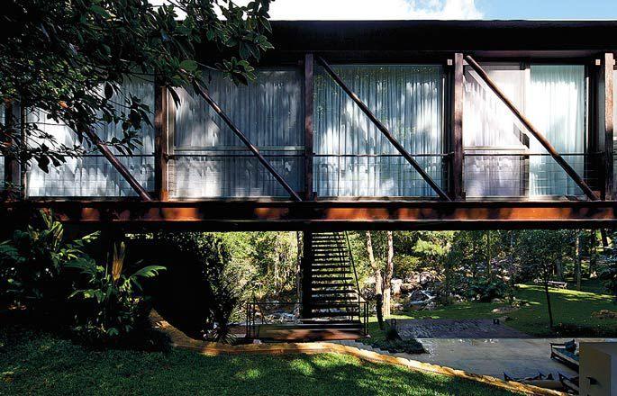 O posicionamento da escada ajuda a reduzir vibrações desagradáveis da estrutura