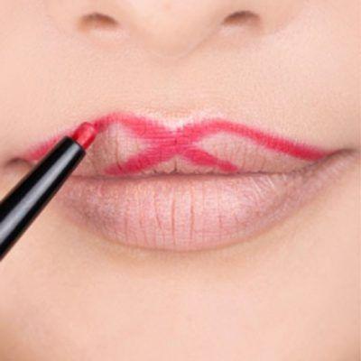 Pinta una X en el labio superior para obtener un arco más definido