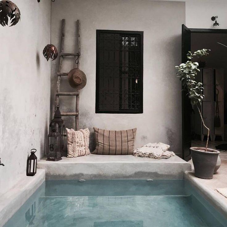 Un bassin extérieur en béton beige juste pour se rafraichir, tellement plus beau qu'une piscine! http://amzn.to/2saKVPI
