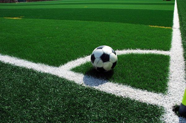 Foto de esquina en campo de futbol