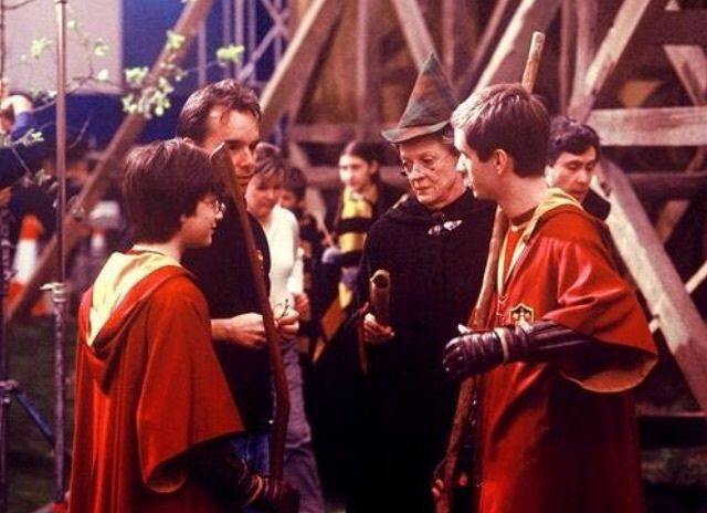 Chris Columbus Maggie Smith Sean Biggerstaff And Daniel Radcliffe In Harry Potter And The Chamber Of Harry Potter Goblet Harry Potter Scene Sean Biggerstaff