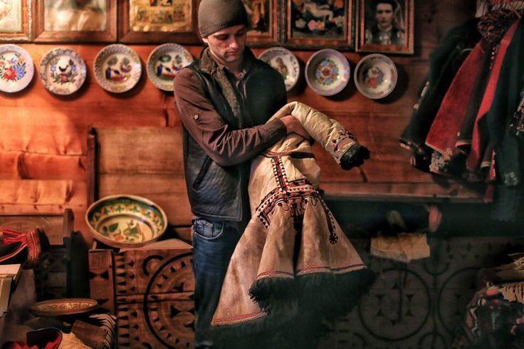 #Ukrainian #Style #Spirit of #Ukraine На #Гуцульщині живе колекціонер Богдан Петричук. Він з 15 років колекціонує старий гуцульський одяг і речі. Подивитися колекцію може будь-хто, треба просто прийти до нього додому в класичну гуцульську хату, де ціла кімната наповнена вишиванками, кіптарями, глечиками, тарілками, ємностями та іншими прикольними гуцульськими автентичними речами. Деяким з них по 100-200 років.