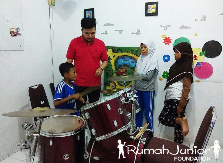 Kelas Vocal & Musik GRATIS Bagi Anak Pra sejahtera Jumat, 30 Okt 2015 Pkl 11.00 - 16.00 wib Bertempat di Rumah Junior