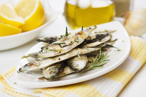 Pečené sardinky s česnekem a rozmarýnem – COOP Club