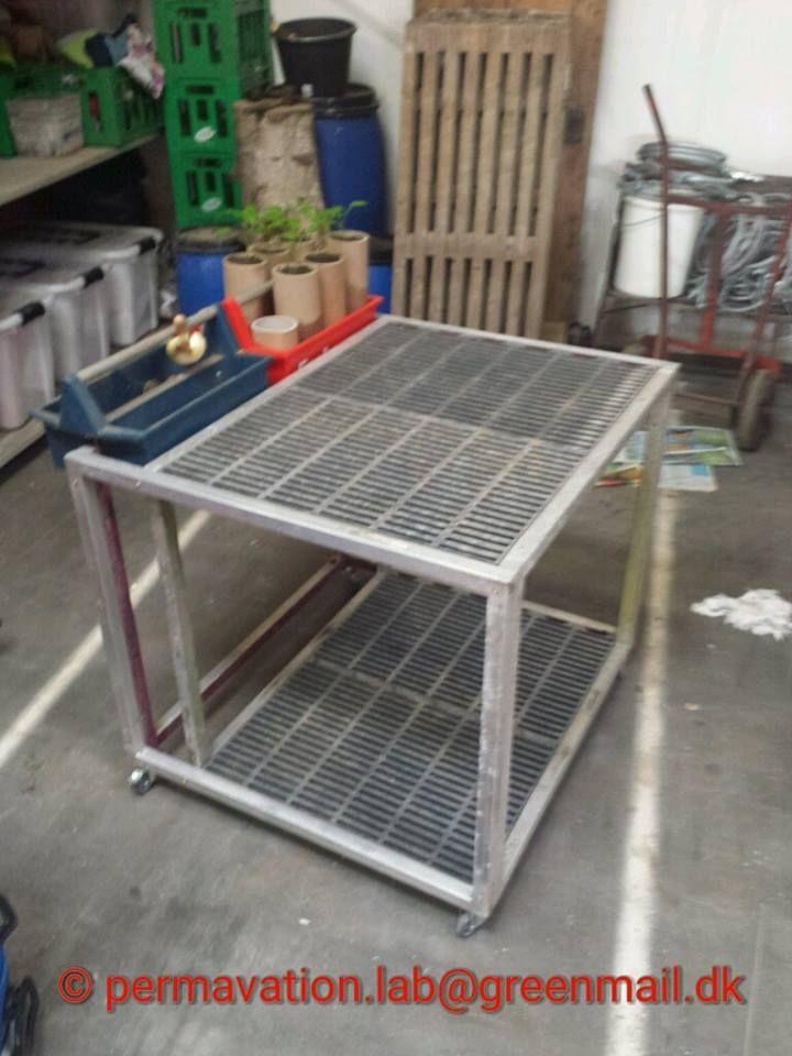 Rullebord med plads til 4 tingkasser, god som plantebord eller arbejdsbord