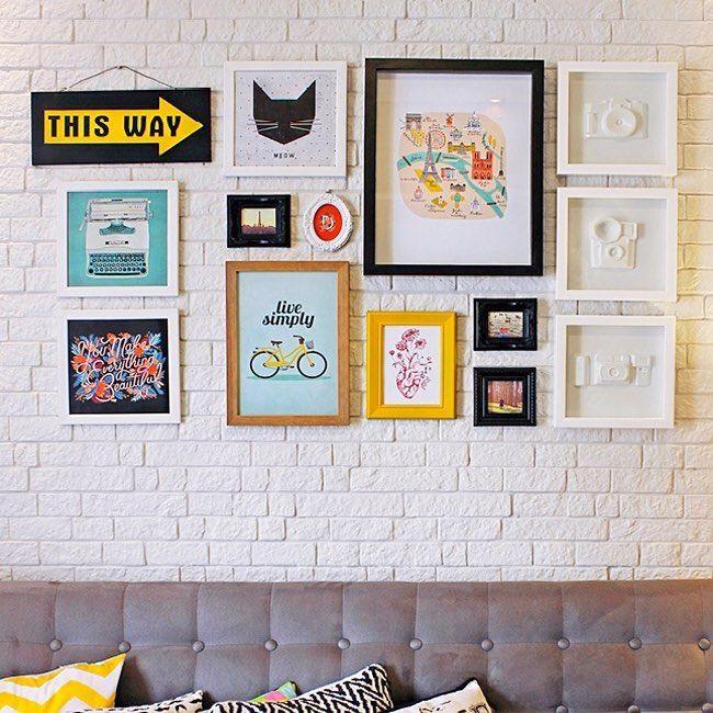 Sobre as cores, minhas idéias iniciais são: tudo bem branquinho, com muita claridade e muita luz! Elementos em madeira clara, cores neutras, alguns toques de cores (em objetos, quadros e almofadas) e elementos em dourado que amo de paixão! Outra idéia é colocar uma parede de tijolinhos dessa, em toda a extensão que vai da porta de entrada até chegar na varanda. Deu pra entender? ✨(foto regram: @deboraislas)  #instahome #instadecor #apartment #apartamento #home #varandagrill #churrasqueira…
