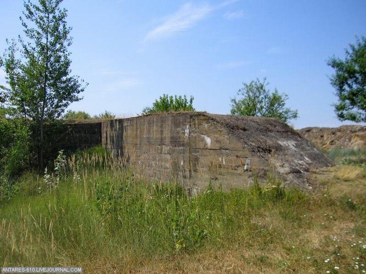 De begraven binnenwand van de Caponnière