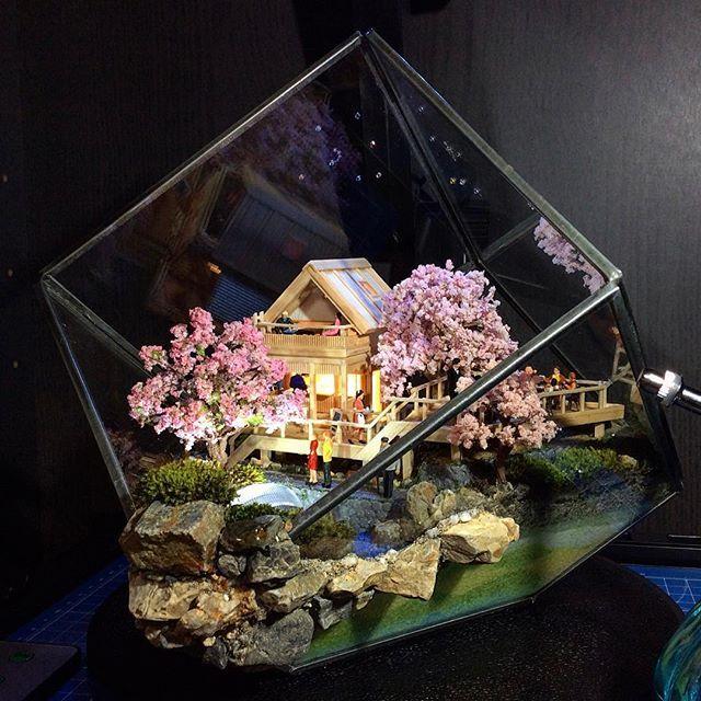 """【teten.mulder】さんのInstagramをピンしています。 《""""憩い vol.04"""" 桜 ver. 【Diorama & Terrarium/ジオテラ】 コテージ・ビストロ カフェ Geo Terrarium(S):苔 テラリウム #stall#苔テラリウム#建築模型#桜#湖畔#リビングダイニング#カフェ#ビアガーデン#テラス#エアプランツ#handmade#箱庭#ミニチュア#カラーサンド#LEDキャンドルライト#樹木#ガーデニング#テラリウム#多肉植物#miniature#インテリア雑貨#interior#led#mossterrarium#gardening#sakura#flower#beergarden#cafe#terrarium》"""