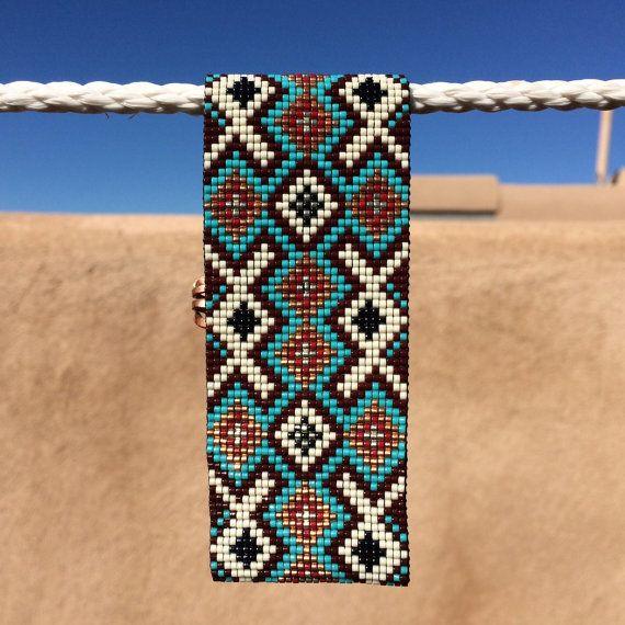Questo bracciale Foothills perlina Loom è stato ispirato dai bei modelli nativi americani che vedo intorno a me qui ad Albuquerque, New Mexico. Come