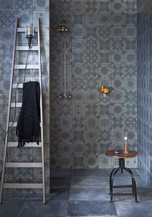 Chic en puur is deze badkamer met dessins van vloer tot plafond.
