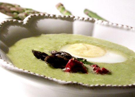 Den här goda, nyttiga sparrissoppan är både krämig och fullmatad med grönt. Perfekt till vårlunchen eller påskbuffén.